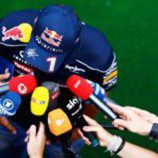 Sebastian Vettel atiende a los medios