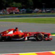 Fernando Alonso avanza en los Libres 2 en Bélgica