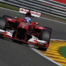 Fernando Alonso sale de una curva en Spa
