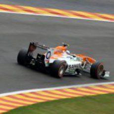 Adrian Sutil rueda en un asfalto parcialmente mojado