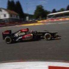 Kimi Räikkönen entra en una curva en Spa
