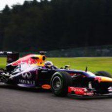 Sebastian Vettel rueda en el trazado húmedo de Spa