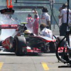 Sergio Pérez quemando rueda en boxes