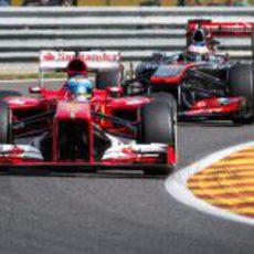 Fernando Alonso y Jenson Button en los libres