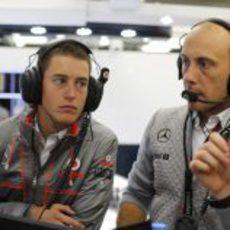 Oliver Turvey aprende en el 'box' de McLaren