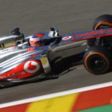 Jenson Button ataca los bordillos del trazado de Spa
