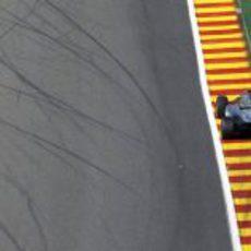 Lewis Hamilton a punto de completar otra vuelta