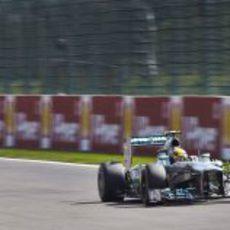 Lewis Hamilton prueba a realizar sus vueltas con el duro