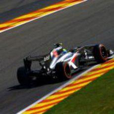 Esteban Gutiérrez avanza en una recta de Spa
