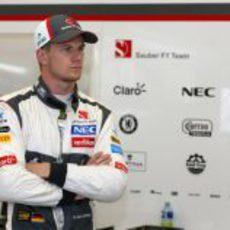 Nico Hülkenberg, serio en el box de Sauber