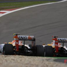 Los dos pilotos de Renault mano a mano