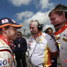 Alonso charla con su equipo