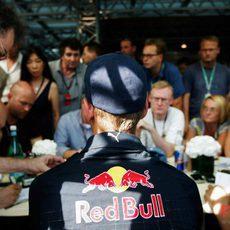 Vettel atiende a los aficionados
