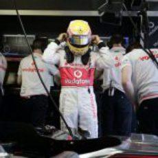 Hamilton se prepara para salir a pista