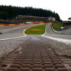 Mark Webber afronta Eau Rouge