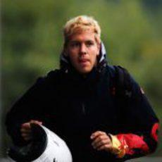 Sebastian Vettel llegó en moto a Spa