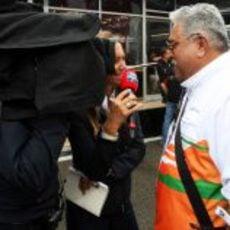 Vijay Mallya habla para la prensa