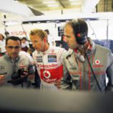 Jenson Button intercambia opiniones con los ingenieros