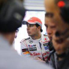 Sergio Pérez en el box de McLaren