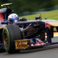 Daniel Ricciardo avanza en Spa