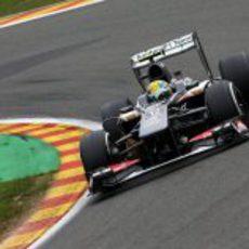 Esteban Gutiérrez sale de una curva en Spa