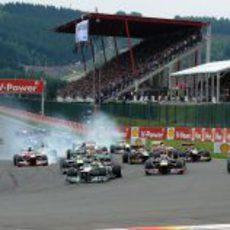 Fernando Alonso apura la frenada en la salida