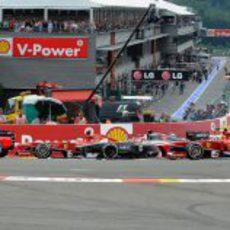 Los Ferrari pasan la primera curva
