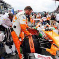 Paul di Resta se prepara en la parrilla de salida