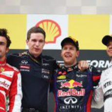 Los primeros posan en el podio