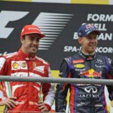 Fernando Alonso y Sebastian Vettel sonríen