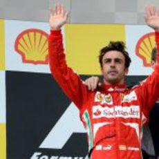 Fernando Alonso saluda al público desde el podio