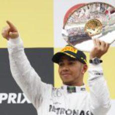 Lewis Hamilton ofrece su trofeo a los fans
