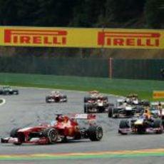 Alonso vuela con el compuesto medio durante las primeras vueltas