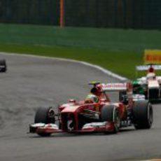 Felipe Massa rueda con su F138 por el trazado de Spa