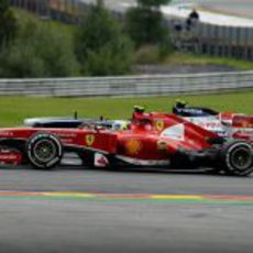 Felipe Massa pilota rueda a rueda con Bottas