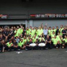 El equipo Red Bull celebra la victoria de Sebastian Vettel