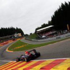 Mark Webber enfila Eau Rouge