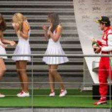 Fernando Alonso empapa a las azafatas