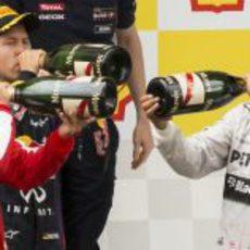 Alonso, Hamilton y Vettel dándole al champagne