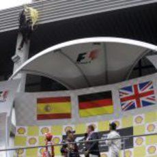 Fernando Alonso mira al activista de Greenpeace