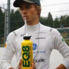 Charles Pic se hidrata antes de comenzar la carrera