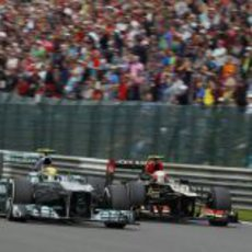 Lewis Hamilton adelanta a Romain Grosjean