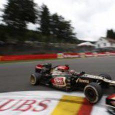 Kimi Räikkönen toma la primera curva de Spa-francorchamps