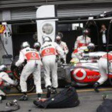 Cambio de gomas para Sergio Pérez en boxes