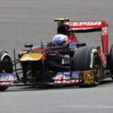 Daniel Ricciardo controla su STR8 por las curvas del circuito de Spa