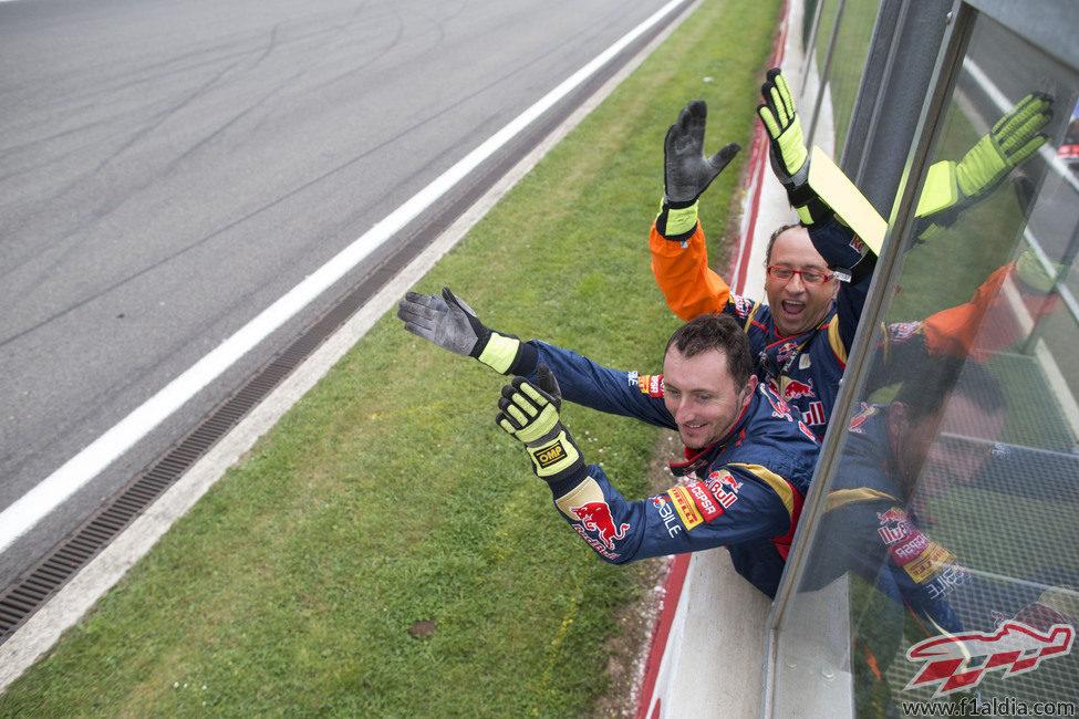 Aplausos en el equipo Toro Rosso para Ricciardo