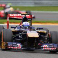 Daniel Ricciardo deja atrás a Pérez