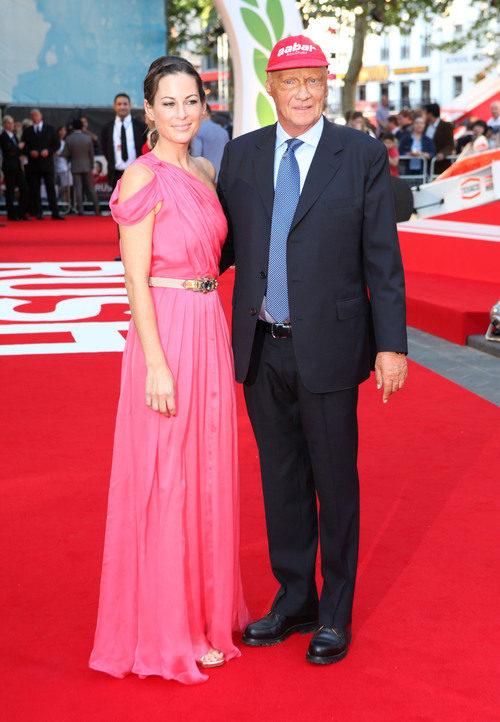 Niki Lauda y su pareja en Leicester Square