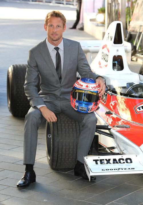 Jenson Button posa con el McLaren M23