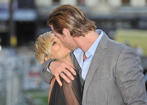 Apasionado beso entre Chris Hemsworth y Elsa Pataky